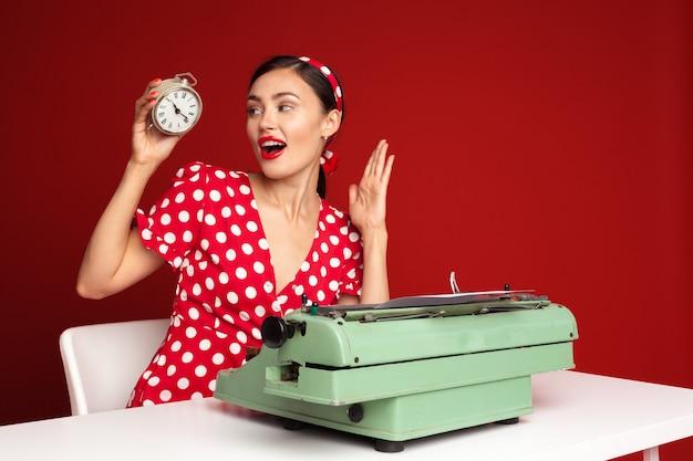Pin-up girl te typen op een typemachine