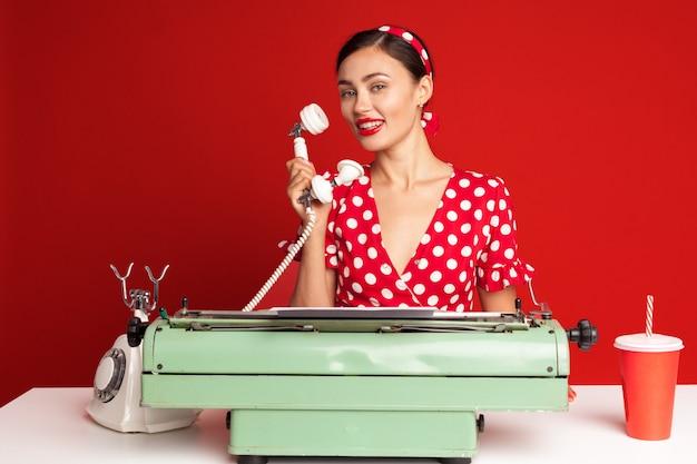 Pin-up girl typen op een typemachine