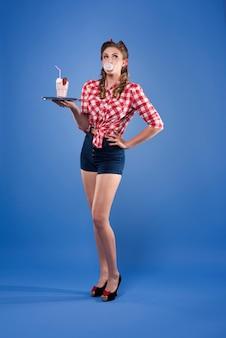 Pin-up vrouw in de rol van geïsoleerde serveerster
