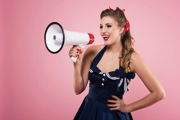 Pin-up vrouw met megafoon geïsoleerd