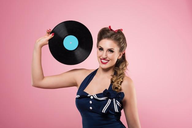 Pin-up vrouw met vintage vinyls geïsoleerd