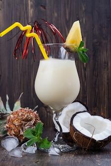 Pina colada-cocktail en ingrediënten