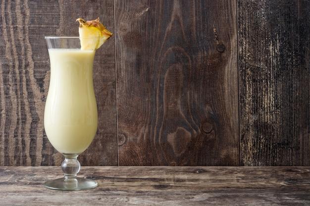 Piña colada cocktail in glas op houten tafel