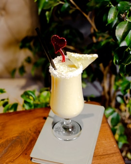 Pina colada cocktail met ananas schijfje