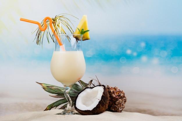 Pina colada-cocktail op strandkust