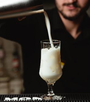 Pinacolada-cocktail in lang glas