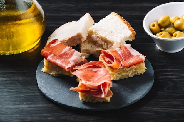 Pincho-omelet en ham, met olijven. in een restaurant