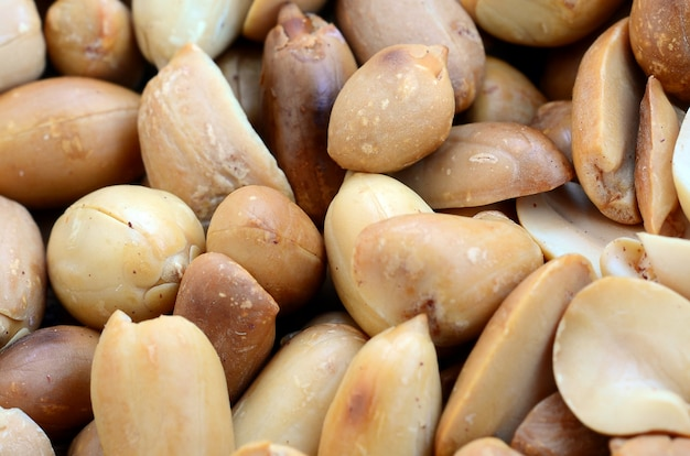 Pinda. heel wat kleine gele noten zonder schil. achtergrond textuur