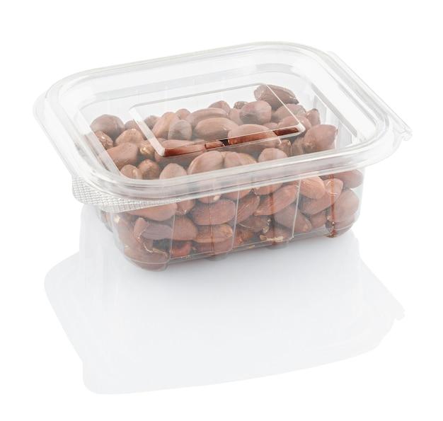 Pinda's aardnoten in een doorzichtige plastic geïsoleerde container