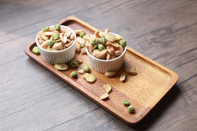 Pinda's en gedroogde cashewnoten en vele andere noten samen met snacks die een hoge voedingswaarde bieden.