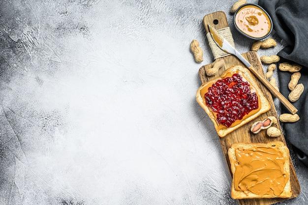 Pindakaas en gelei op witbroodtoosts