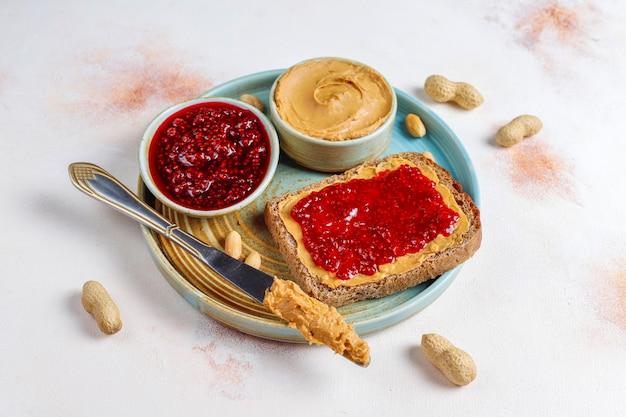 Pindakaasbroodjes met frambozenjam