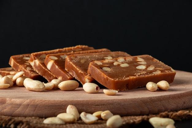 Pindasorbet op een houten ruimte. vegetarisch zoet met noten.