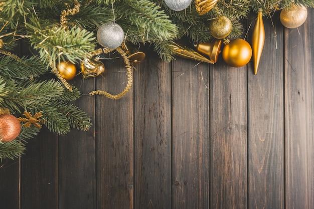 Pine takken met kerstballen op houten planken