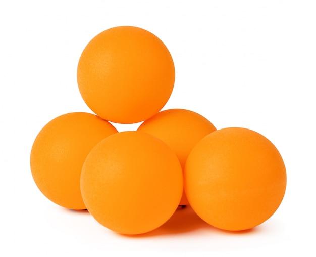 Pingpongballen op witte achtergrond worden geïsoleerd die