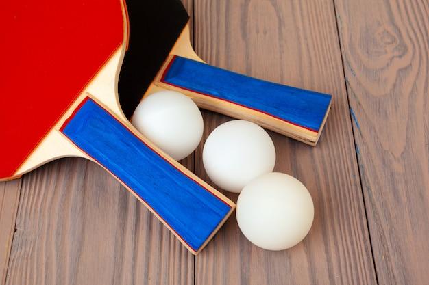 Pingpongmateriaal op houten lijst dicht omhoog