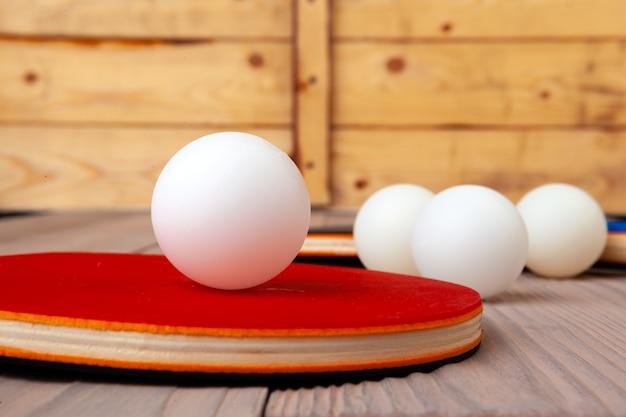 Pingpongmateriaal op houten lijst dichte omhooggaand