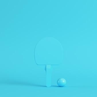 Pingpongracket met bal op heldere blauwe achtergrond in pastelkleuren
