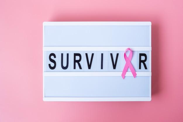 Pink ribbon op lightbox met survivor tekst