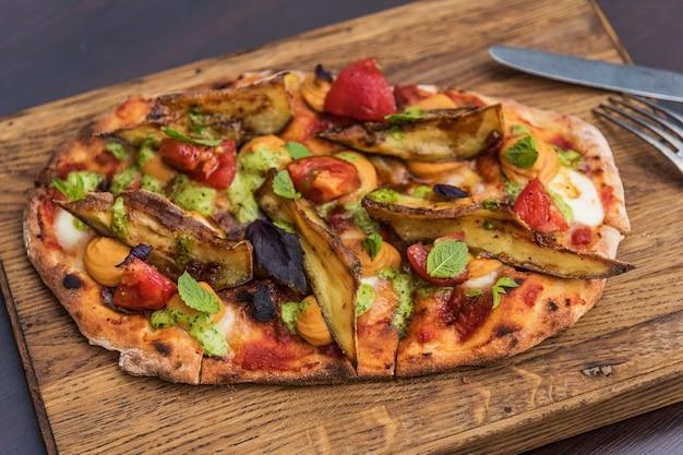 Pinsa hummus en geglazuurde aubergine