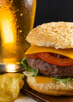 Pint bier met cheeseburger en patat