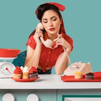 Pinup meisje poseren in een keuken