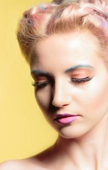 Pinup stijl portret van een jonge mooie vrouw met blauwe ogen en make-up.