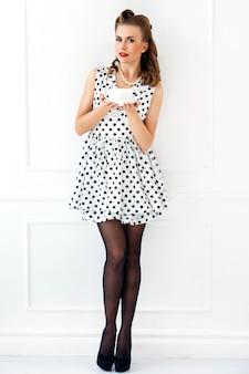 Pinup vrouw in schattige jurk