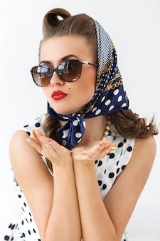 Pinup vrouw met schattige accessoires
