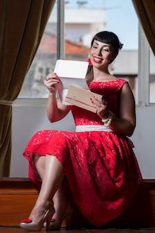 Pinupmeisje die een romantische brief lezen