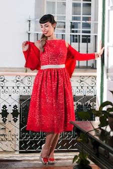 Pinupmeisje met rode kleding