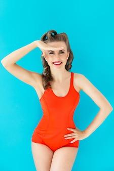 Pinupvrouw in rood zwempak