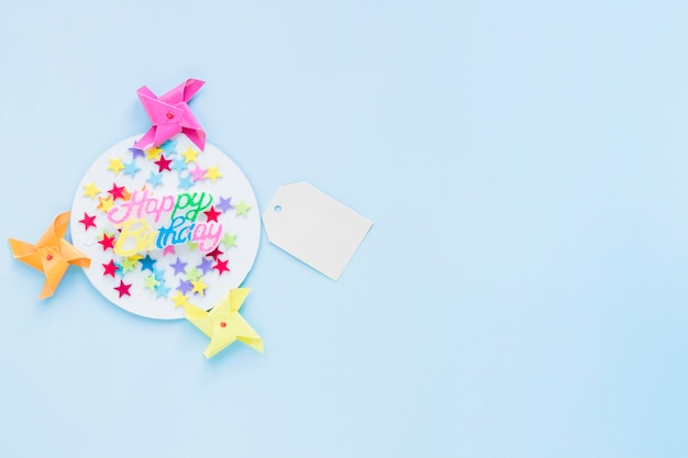 Pinwheels en tag in de buurt van confetti en verjaardag schrijven