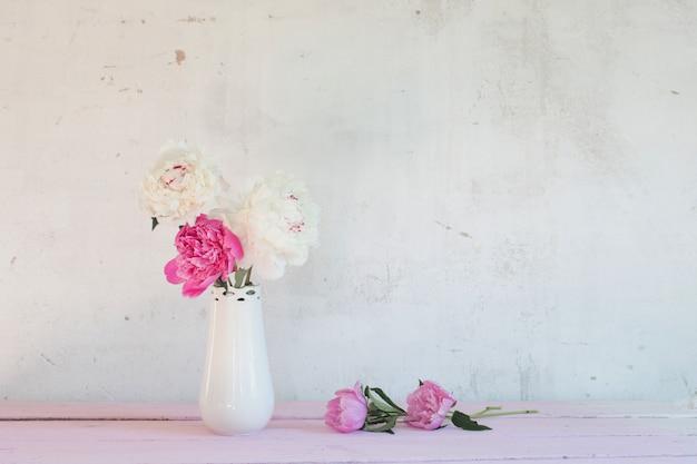 Pioenen in vaas op witte achtergrond