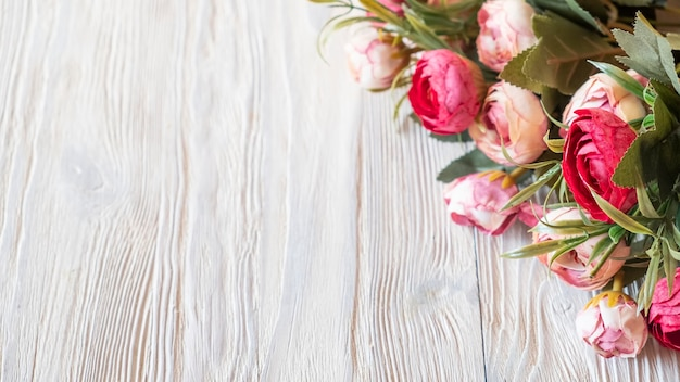 Pioenrozen bloemen achtergrond op een houten bord.