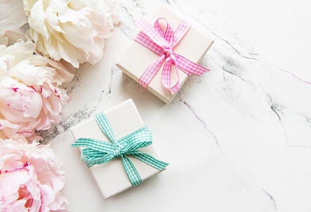 Pioenrozen bloemen en geschenkdozen