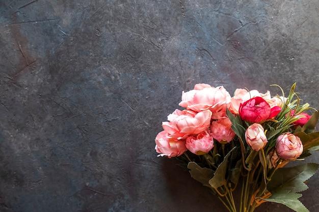 Pioenrozen bloemen op donkere achtergrond met kopie ruimte. bovenaanzicht