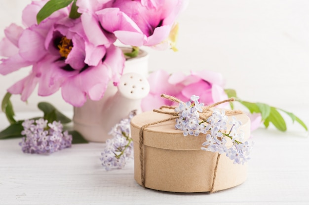 Pioenrozen en lila bloemen