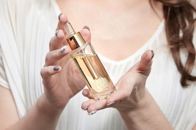 Pipetteerfles met cosmetische olie in vrouwelijke handen