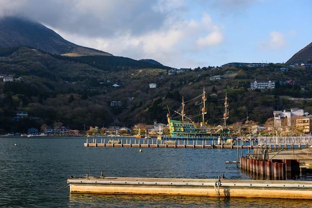 Piraat toeristenschip of boot bij cruisehaven op ashi-meer, hakone, japan. beroemde reisbestemming voor sightseeing en kijk naar de rode torii-poort, het heiligdom en de fuji-berg.