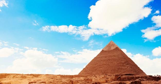 Piramide over blauwe hemel