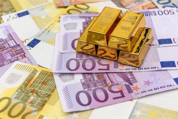 Piramide van goud op eurobankbiljetten achtergrond