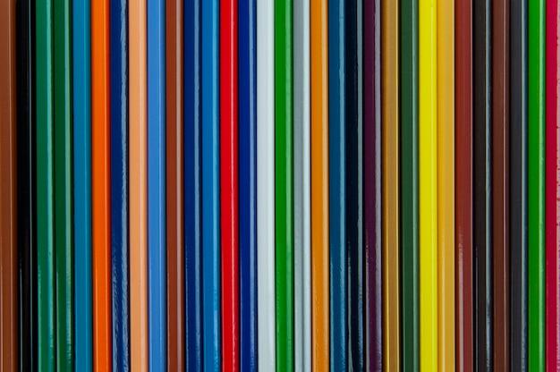 Piramide van kleurpotloden op grijs