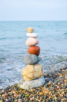 Piramide van veelkleurige stenen aan de zwarte zee in batumi
