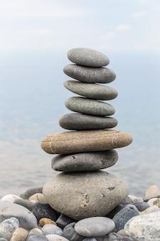 Piramide van zee stenen op kiezelstenen van de kust