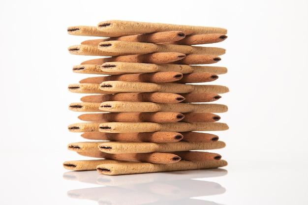 Piramide van zoete krokante koekjesstokjes. zoetwaren zoete producten. calorierijk voedsel voor thee en koffie