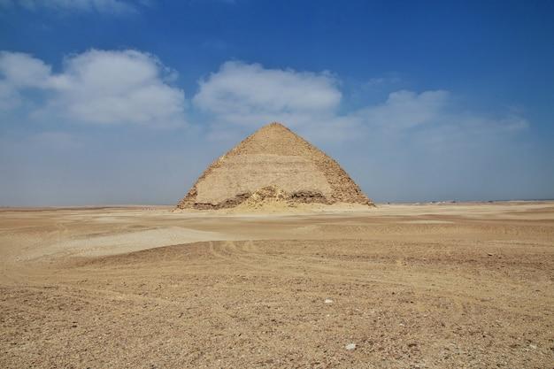 Piramides dahshur in de sahara-woestijn van egypte