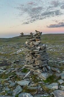Piramides gemaakt van stenen, het eiland mageroya, noorwegen