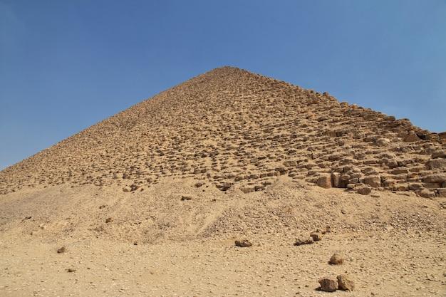 Piramides in dahshur, sahara woestijn, egypte