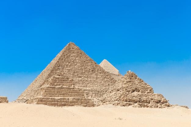 Piramides met een mooie hemel van gizeh in caïro, egypte.